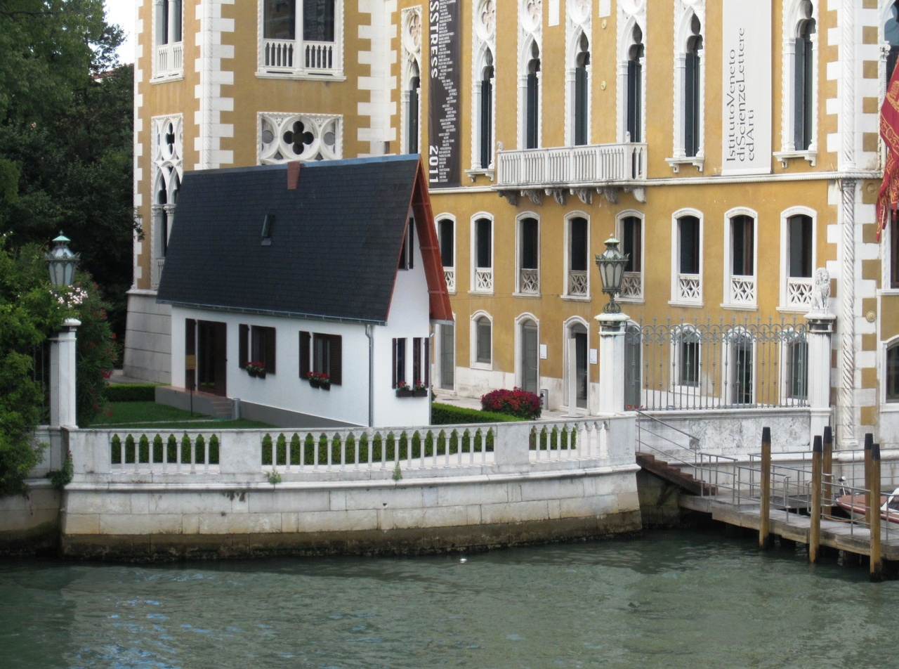 wurms biennale narrow house am canale grande in venedig. Black Bedroom Furniture Sets. Home Design Ideas