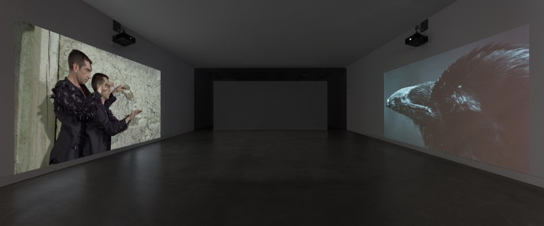 """Helga Griffiths:  """"Mirror Moves"""", Video-Doppelprojektion (Foto: Mathis Leicht)"""